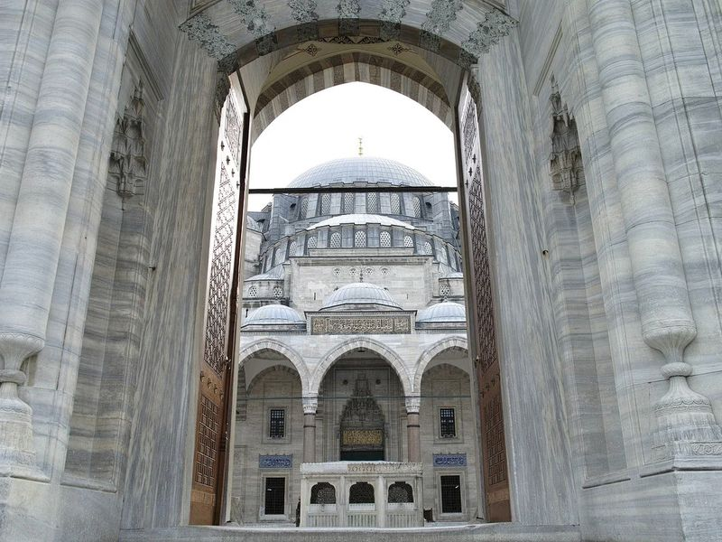 Фото 4в1: дворец Долмабахче, Цистерна Базилика, мечеть Сулеймание, Малая София