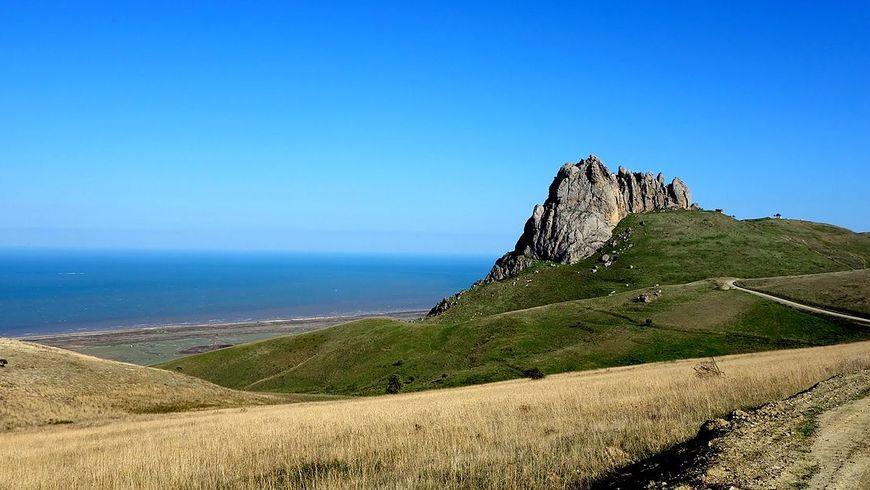 Мистическая гора и руины замка