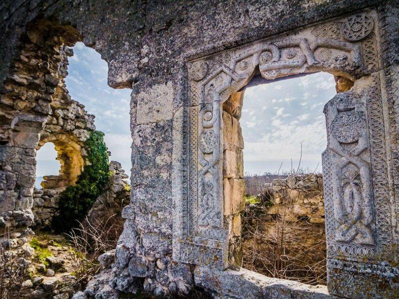 Средневековье вКрыму: пещерный Мангуп-Кале width=